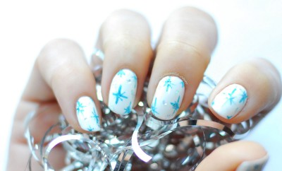 winter nails white blue stars glitter
